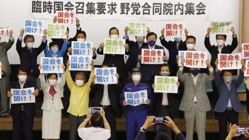 「国会を開け!」のプラカードを掲げる4野党の議員たち(18日午後、衆議院別館5階講堂にて)